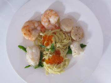 Pasta in Safran-Orangen-Soße mit Jakobsmuscheln, Garnelen und Seeteufel - Rezept