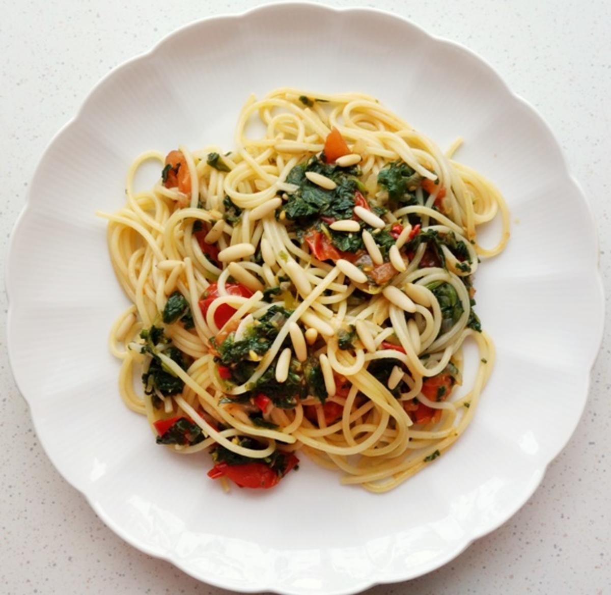 Spaghetti mit Tomaten, Blattspinat und Pinienkernen