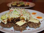Minifrikadellen, gefüllt & überbacken mit Röstzwiebeln, gemischter Salat & Ei - Rezept - Bild Nr. 788