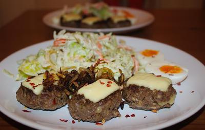 Rezept: Minifrikadellen, gefüllt & überbacken mit Röstzwiebeln, gemischter Salat & Ei