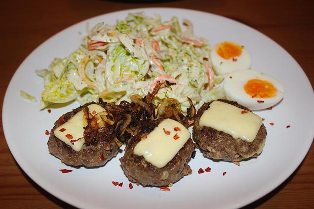Minifrikadellen, gefüllt & überbacken mit Röstzwiebeln, gemischter Salat & Ei - Rezept - Bild Nr. 789