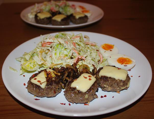 Minifrikadellen, gefüllt & überbacken mit Röstzwiebeln, gemischter Salat & Ei - Rezept - Bild Nr. 790