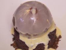 Sodabrot-Eis mit Stout-Küchlein und Irischer-Sahnelikör & Schokoladensoße - Rezept