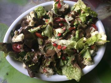 Gemischter Salat mit Granatapfel, Käse  und schwarzem Knoblauchdressing - Rezept