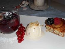 Rote Grütze mit Vanilleeis und Franzbrötchen Stückchen - Rezept
