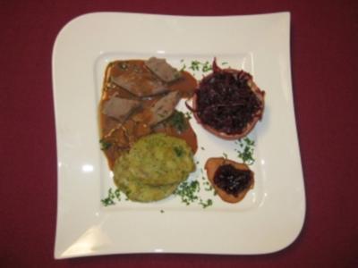 Rehrückenbraten mit Steinpilzsoße, Granatapfel-Rotkohl und Serviettenknödeln - Rezept