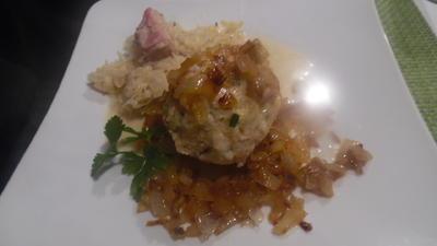Rezept: Tiroler Speck-Knödel mit Rahm-Sauerkraut und Zwiebelschmelze
