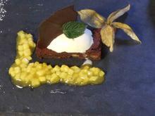 Pekannussbrownie mit Schmand-Limonenblatteis und Ananas-Mango-Chutney - Rezept
