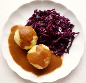 """Rezept: Kartoffelknödel mit veganer """"Bratensauce"""" und Rotkraut"""