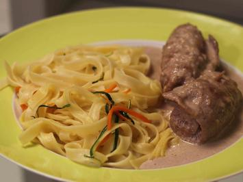 Kalbsröllchen mit Parmaschinken auf einer Rotwein-Sahne-Soße mit Parmesan und Fettuccini - Rezept
