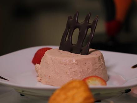 Panna Cotta mit Kokosblüten-Zucker und frischen Erdbeeren auf Balsamico-Crème - Rezept