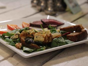 Salat mit Kürbis, karamellisierten Birnen,  Blauschimmelkäse und Filetstreifen - Rezept