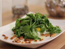 Fruchtiger Salat aus Rucola, Mango, Avocado und Mozzarella garniert mit Pinienkernen - Rezept