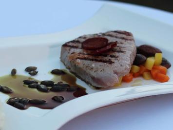 Thunfischsteak mit Käferbohnen, Knoblauchwurst und Kürbiskernöl - Rezept