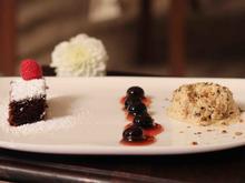 Kürbiskernparfait mit Heidelbeerkompott und Schokokuchen - Rezept