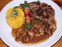 Wildschweinkotelette mit Champignon-Rotweinsoße - Rezept