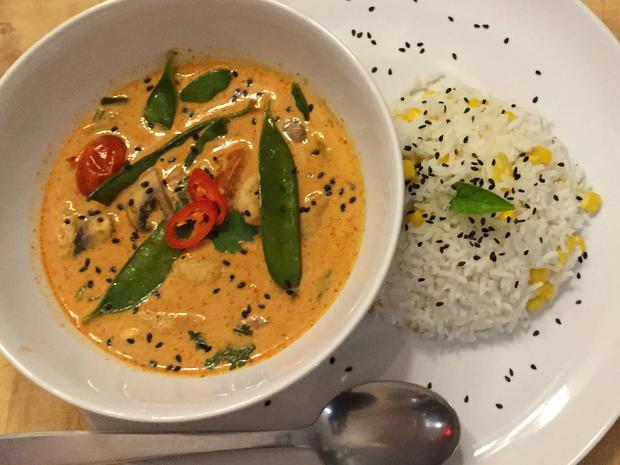 Red-Thai-Chicken-Curry mit Kokos-Mais-Reis - Rezept