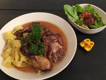 Coq au Vin begleitet von grünem Salat - Rezept