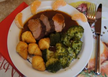 Rezept: Würziges Schweinefilet mit pikanter Sauce, Brokkoli und knusper Kroketten