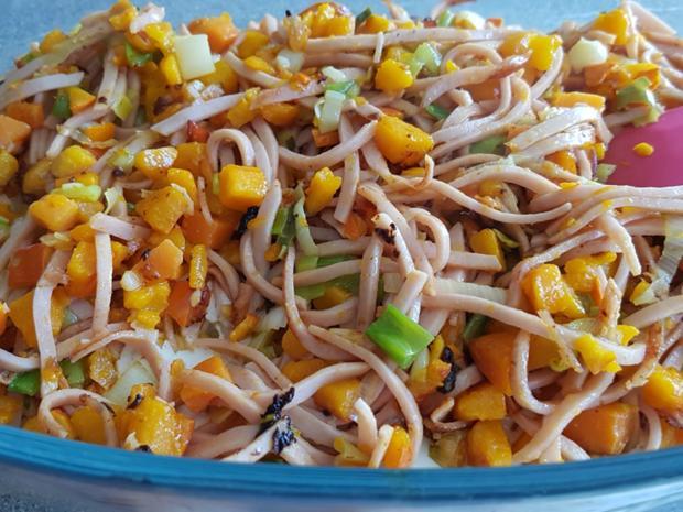 Gemüsiger Fleischsalat u. frisch gebackenem Klumpenbrötchen - Rezept - Bild Nr. 1337