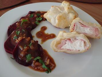 Gefüllte Blätterteig-Päckchen mit Ziegenkäse und Bacon .Mit Rote-Bete-Salat - Rezept - Bild Nr. 1329