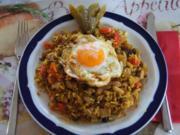 Gebratener Sultaninen-Reis mit Paprika-Zwiebel-Geschnetzelten und Spiegelei - Rezept - Bild Nr. 1365