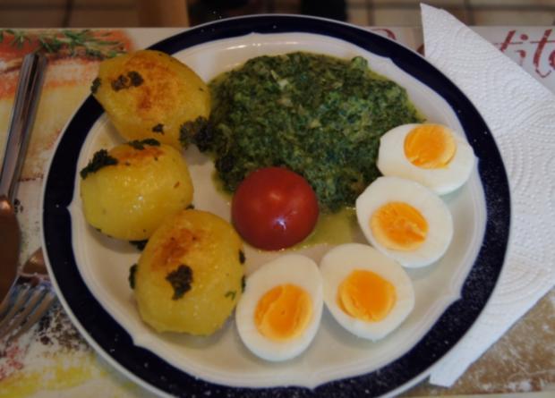Gekochte Eier mit Zwiebel-Senf-Rahmspinat und angebratene .. Pellkartoffeln mit Petersilie - Rezept - Bild Nr. 1381