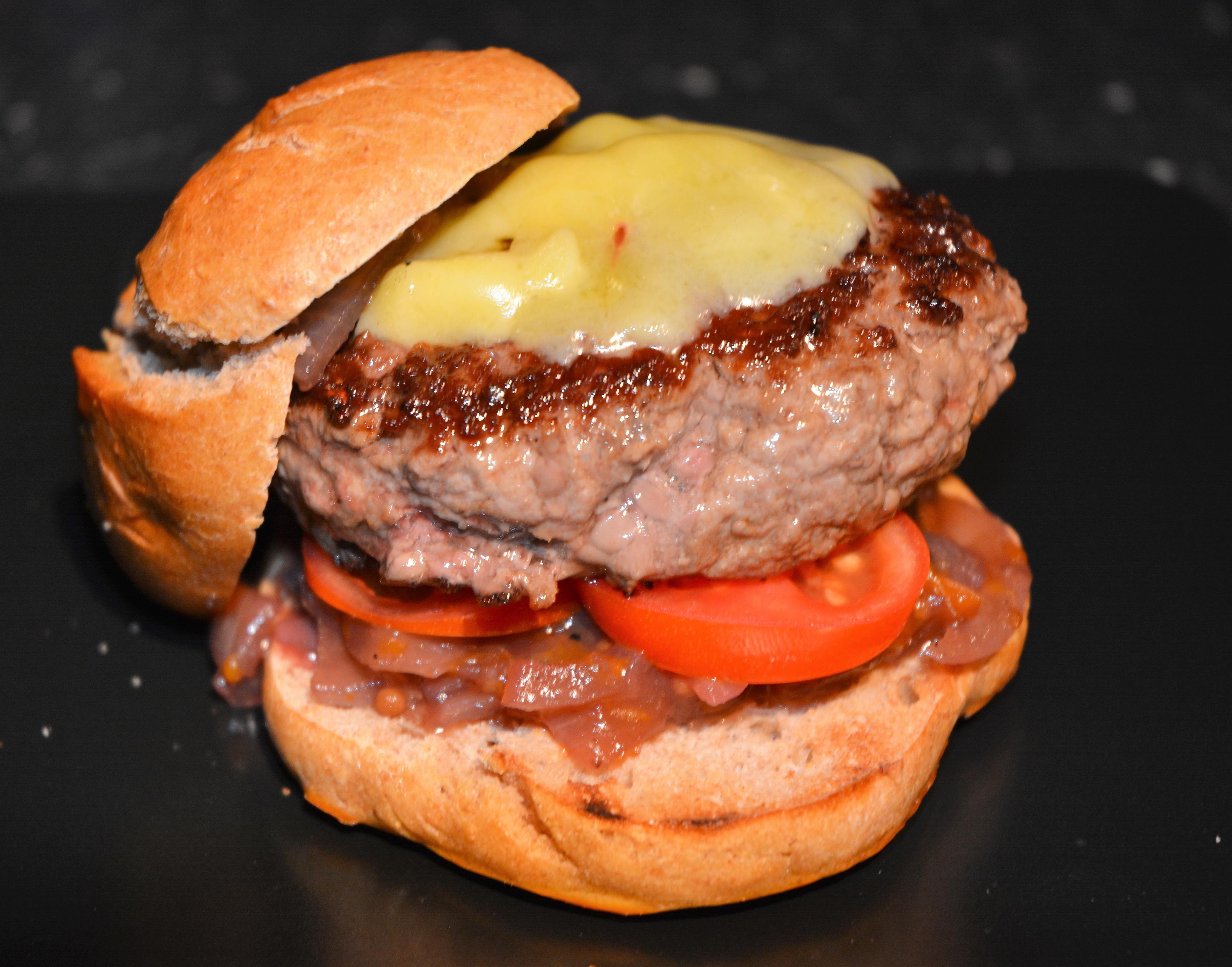 Bilder für Wennesdraussenregnetinderpfannemachburger Rindfleischburger mit Zwiebel-Mango-Marmelade und Cheddar - Rezept