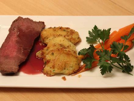 Roastbeef an Rotweinsoße, Buttermöhren und Kartoffelplätzchen - Rezept