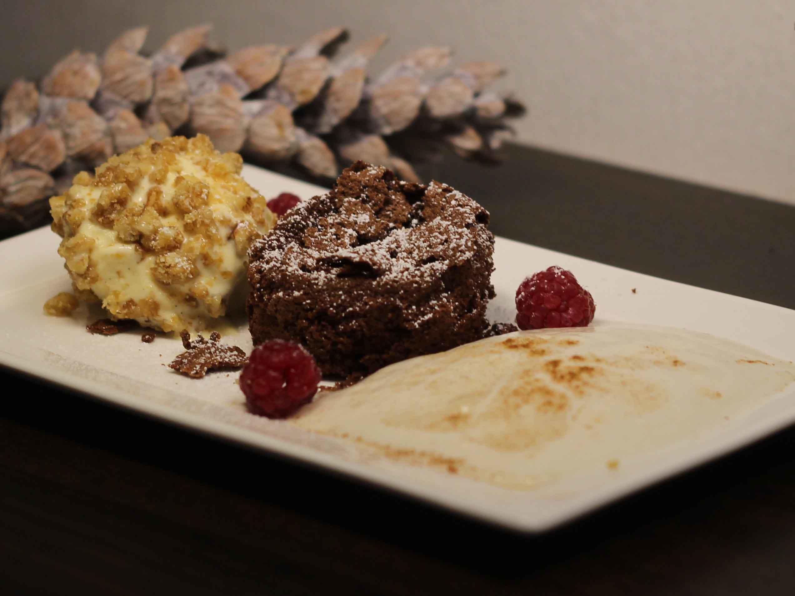 Schokoladensoufflé, Eierliköreis im Walnusskrokantmantel und Birnen-Espuma - Rezept Von Einsendungen Das perfekte Dinner