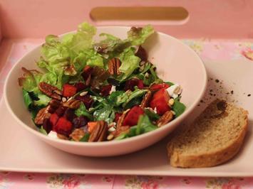 Winterliche Blattsalate aus der Region mit warmem Kürbis und Roter Bete - Rezept