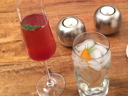 Sekt mit Erdbeer-Rhabarber Likör und Erdbeersorbet - Rezept