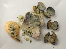 Seehechtfilet mit Meeresfrüchten in einer Petersiliensoße - Rezept