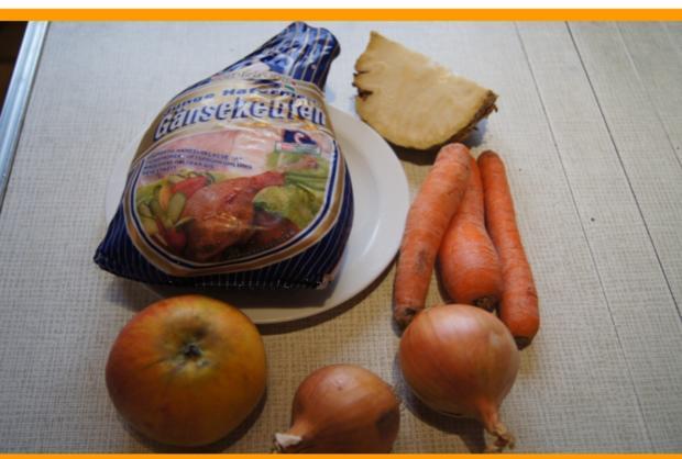 Gänsekeule mit Sauce, Rotkohl und halbseidene Knödel - Rezept - Bild Nr. 2