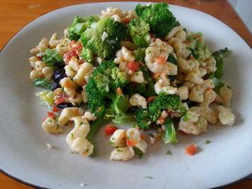 Rezept: Spätzle mit Brokkoli und Paprika-Petersilien-und-Cashewnuss Pesto