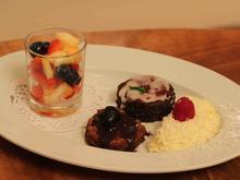 Schoko-Mandel-Törtchen und Mohntörtchen mit weißer Mousse au Chocolat und Obstsalat - Rezept