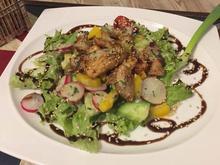 Streifen vom Hähnchen in Honig-Sesam auf Salat gebettet - Rezept - Bild Nr. 2