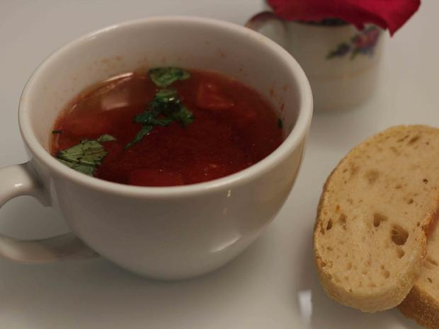 Klare Tomaten-Consommé mit Parmesan-Nockerl und selbstgemachtem Ciabatta Brot - Rezept - Bild Nr. 1728