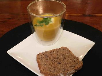 Rezept: Karotten-Erdnuss-Ingwer-Suppe mit Kokosmilch an deftigem Brot