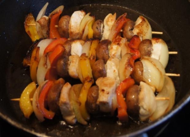 Hähnchenfilet-Gemüse-Schaschlik mit Sauce und Curry-Basmatireis - Rezept - Bild Nr. 1766