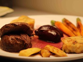 Rezept: Filet vom fränkischen Bio-Weiderind auf Portwein-Schalotten mit Serviettenknödeln