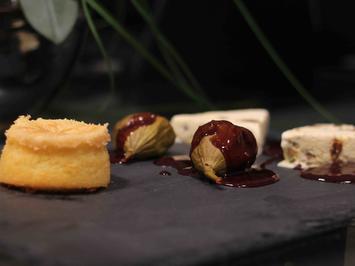 Lebkuchen-Parfait mit Feigen sowie Schokoküchlein mit flüssigem Kern an Rotweinsoße - Rezept - Bild Nr. 1826