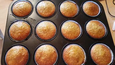 Rezept: Nuss-Muffins mit Aprikosenmarmelade bestrichen