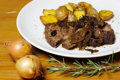 Rezept: Zarter Rinderbraten aus dem Ofen, auf Pfeffer-Schmorzwiebeln
