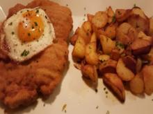 Riesenschnitzel mit Spiegelei und krossen Bratkartoffeln - Rezept - Bild Nr. 2
