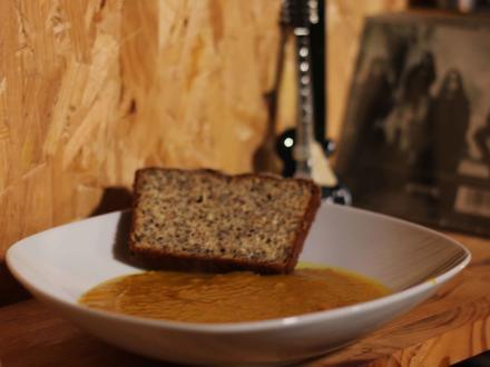Kartoffel-Kürbis-Ingwer-Suppe mit Low-Carb-Brot - Rezept - Bild Nr. 2