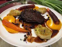 Wagyu: Geschmorte Wagyu-Ochsenbäckchen, glasierte Vanille-Möhrchen und Kartoffel-Roulade - Rezept - Bild Nr. 2166