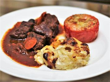 Rezept: Boef du Bourguignon mit Kartoffelgratin und Tomaten à la Provencale