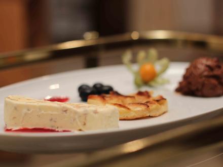 Walnussparfait auf Himbeerspiegel – Tarte aux Pommes – Mousse au Chocolat - Rezept - Bild Nr. 2