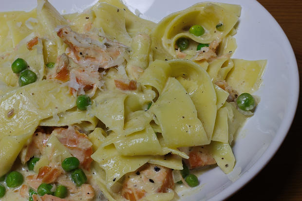 Pasta mit Parmesansoße, Lachs & Erbsen - Rezept - Bild Nr. 3